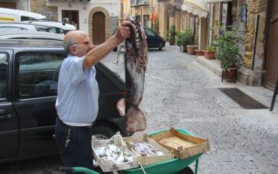 Cefalú Fischverkäufer auf der Straße (2)