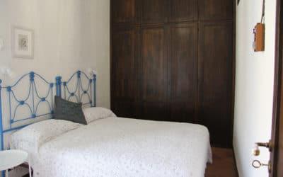Ferienhaus Sant' Elia, Schlafzimmer mit Balkon (1).jpg