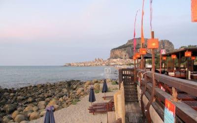 Strandlokal mit Blick auf Cefalú (1)
